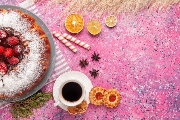 Draufsicht köstlicher erdbeerkuchenzucker pulverisiert mit keksen und tee auf hellrosa hintergrundkuchen süßer zuckerkeksplätzchentee