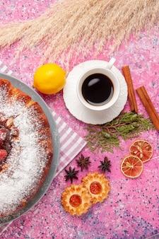Draufsicht köstlicher erdbeerkuchenzucker pulverisiert mit keksen und tee auf rosa oberflächenkuchen süßer zuckerplätzchentee