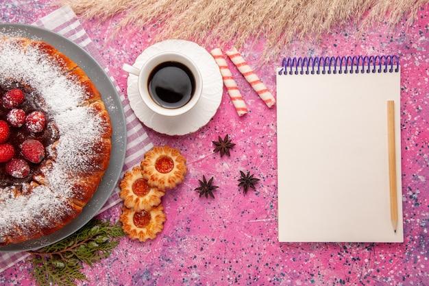 Draufsicht köstlicher erdbeerkuchenzucker pulverisiert mit tasse tee und keksen auf dem hellrosa hintergrundkuchen süßer keksplätzchentee