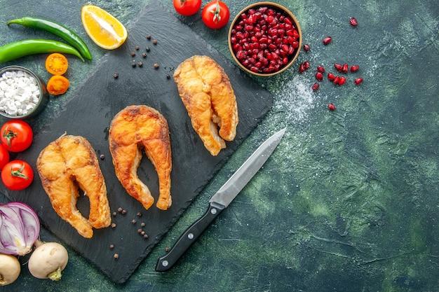 Draufsicht köstlicher gebratener fisch auf dunklem hintergrundgerichtssalat braten fleisch-meeresfrüchte-kochmahlzeit-meeresfrüchte