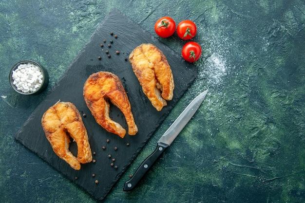 Draufsicht köstlicher gebratener fisch auf dunkler oberfläche gerichtssalat meeresfrüchte braten seepfeffer-lebensmittel-kochmahlzeit