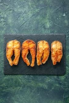 Draufsicht köstlicher gebratener fisch auf einem dunklen hintergrundgerichtnahrungsmittelsalat braten fleisch-seepfeffer-kochmahlzeit-meeresfrüchte