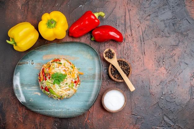 Draufsicht köstlicher gemüsesalat mit frischen paprika auf dunklem hintergrund farbe reifes essen mahlzeit gesundes leben foto freier raum