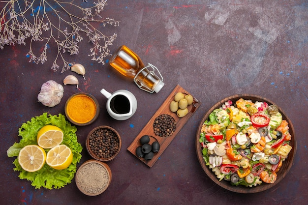 Draufsicht köstlicher gemüsesalat mit geschnittenen tomaten, oliven und pilzen auf dem dunklen hintergrund