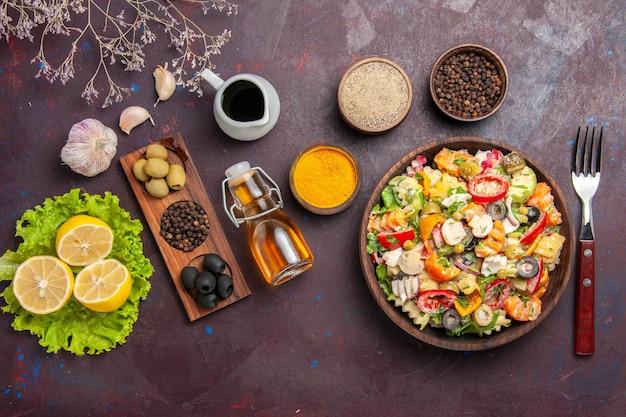 Draufsicht köstlicher gemüsesalat mit geschnittenen tomaten, oliven und pilzen auf dunklem hintergrund