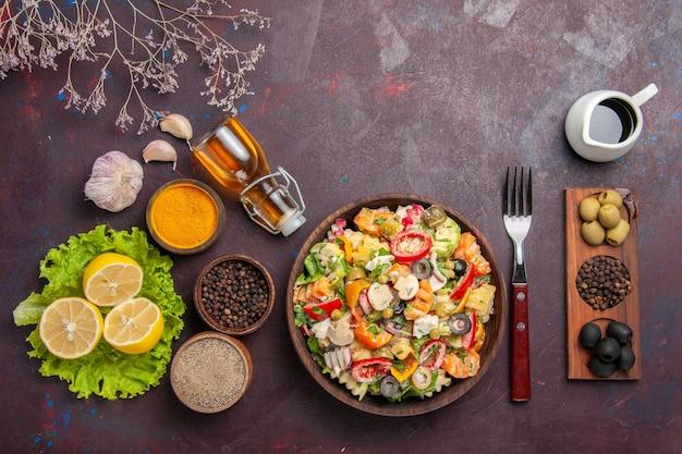 Draufsicht köstlicher gemüsesalat mit geschnittenen tomaten, oliven und pilzen auf dunklem schreibtisch