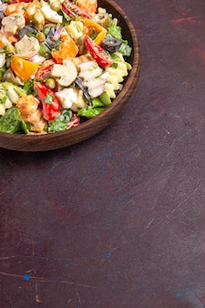 Draufsicht köstlicher gemüsesalat mit tomaten, oliven und pilzen auf dunklem hintergrund gesundheit salat snack gemüse mittagessen