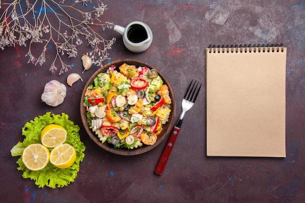 Draufsicht köstlicher gemüsesalat mit zitronenscheiben und grünem salat auf dunklem hintergrund