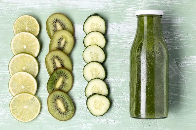 Draufsicht köstlicher grüner smoothie