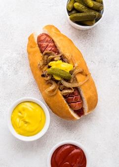 Draufsicht köstlicher hot dog mit zwiebel
