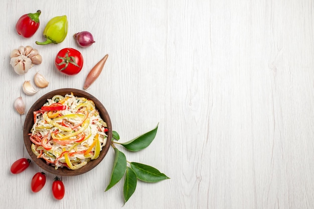 Draufsicht köstlicher hühnersalat mit mayyonise und gemüse auf weißem schreibtischsnack reife farbe fleischmahlzeitsalat