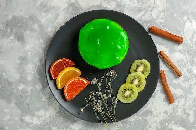 Draufsicht köstlicher kleiner kuchen mit zimt auf weißen oberflächenkuchenplätzchen süßer zuckerkuchen
