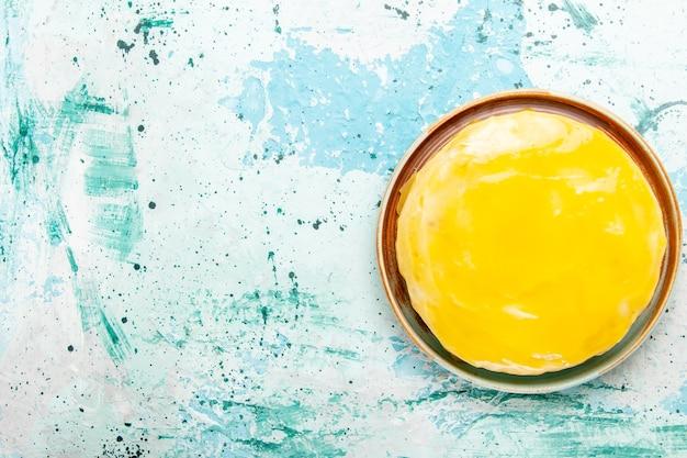 Draufsicht köstlicher kuchen mit gelbem sirup auf blauem hintergrund kekskuchen backen süßen kuchenzuckertee