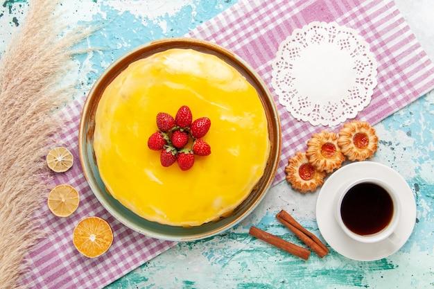 Draufsicht köstlicher kuchen mit gelbem sirup und frischen roten erdbeeren auf hellblauem hintergrundkekskuchen backen süße zuckerkuchen-teekekse