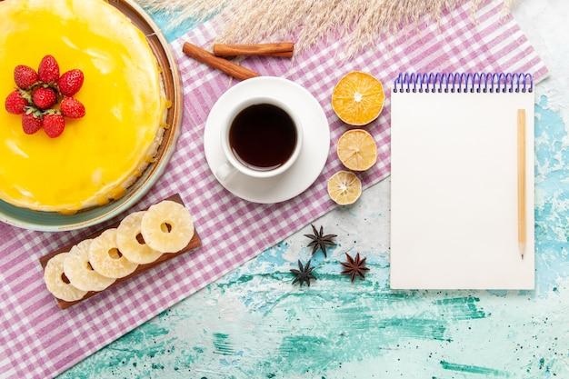 Draufsicht köstlicher kuchen mit gelbem sirup und tasse tee auf dem hellblauen hintergrundkekskuchen süßer kuchenplätzchenzuckertee