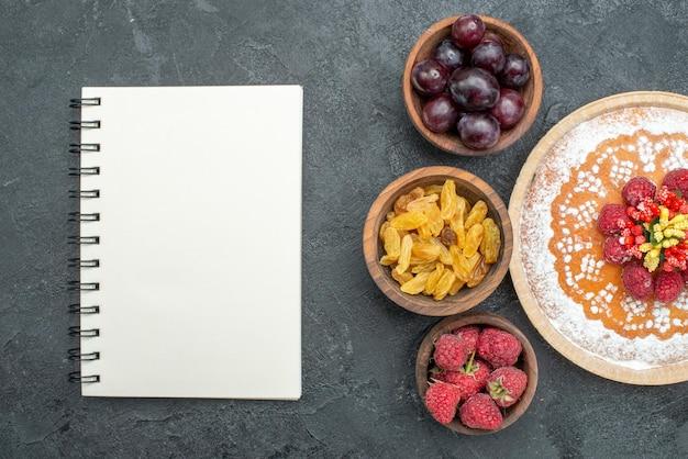 Draufsicht köstlicher kuchen mit himbeeren und früchten auf dem grauen hintergrund süßer kuchenkuchenfrucht-beerenkeks