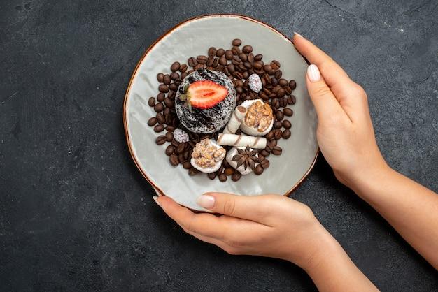 Draufsicht köstlicher kuchen mit keksen und schokoladenstückchen auf dunkelgrauem hintergrundkuchenzucker backen keks süßes plätzchen