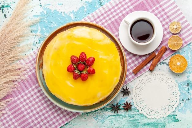 Draufsicht köstlicher kuchen mit tasse tee auf der blauen oberfläche kekskuchen süßer kuchen kekse zuckertee