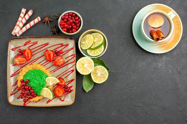 Draufsicht köstlicher kuchen mit tee und früchten