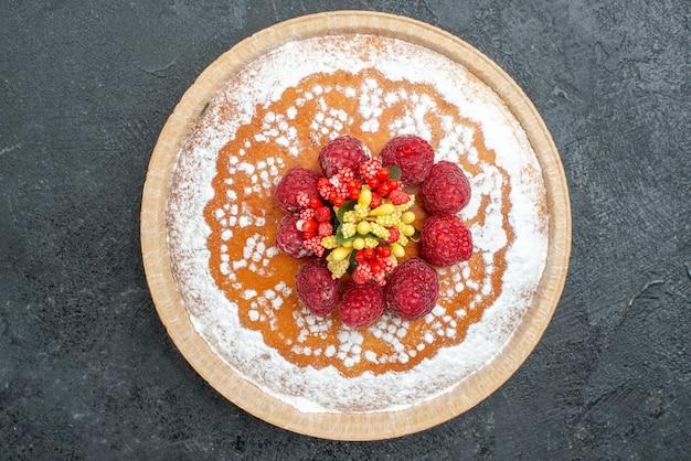 Draufsicht köstlicher kuchen mit zuckerpulver und himbeeren auf dem grauen hintergrund tortenkuchen fruchtbeeren süßer keks