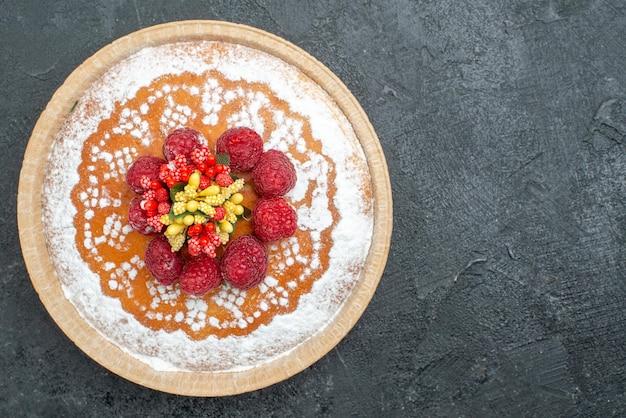 Draufsicht köstlicher kuchen mit zuckerpulver und himbeeren auf grauem hintergrund tortenkuchen früchte beeren süßer keks