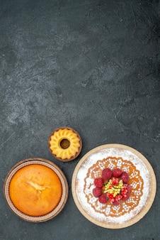 Draufsicht köstlicher kuchen mit zuckerpulver und himbeeren auf grauem hintergrund