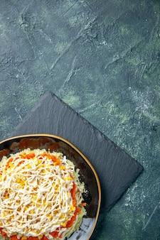 Draufsicht köstlicher mimosensalat innerhalb platte auf dunkelblauem hintergrund
