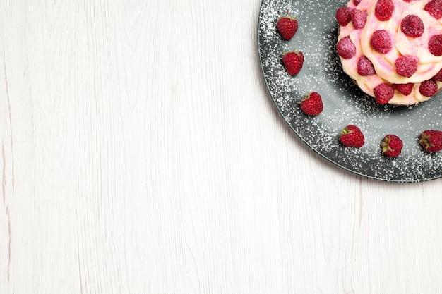 Draufsicht köstlicher obstkuchen-creme-dessert mit himbeeren auf weißem hintergrund süße sahne-dessert-keks-kuchen-torte