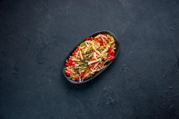 Draufsicht köstlicher pfeffersalat im langen teller dunkler hintergrund diätfarbe brot essen horizontale mahlzeit