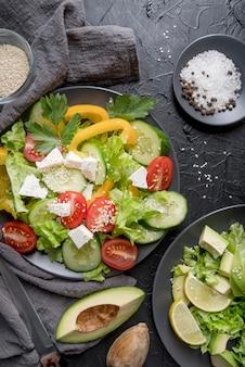 Draufsicht köstlicher salat, der serviert wird