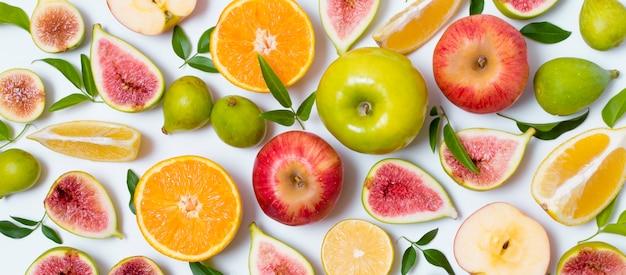 Draufsicht köstlicher satz von früchten auf dem tisch