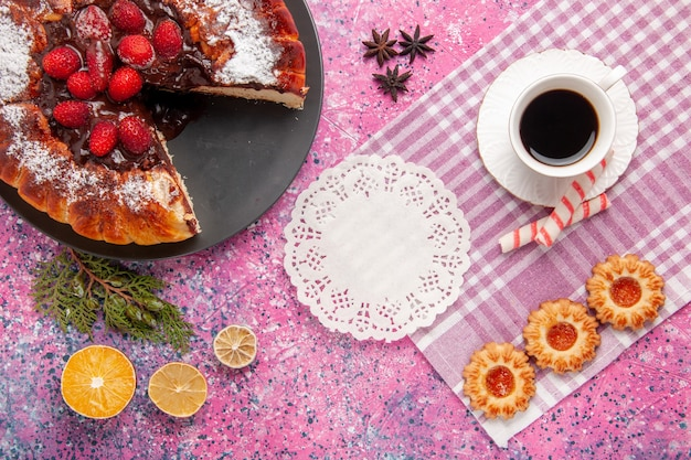 Draufsicht köstlicher schokoladenkuchen mit keksen und tasse tee auf rosa hintergrundkeks süßer zuckerdessertkuchen backen kuchen