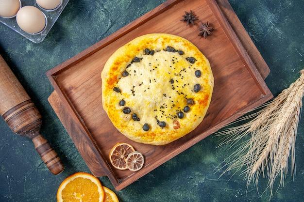 Draufsicht köstlicher süßer kuchen mit beeren auf dunkelblauer oberfläche