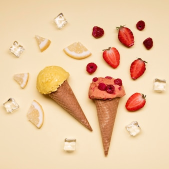 Draufsicht köstliches eis mit erdbeeren