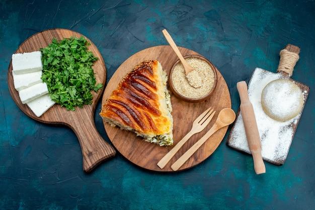 Draufsicht köstliches gebackenes gebäck, das mit grün innen zusammen mit weißem käse und grün auf dem dunklen hintergrund geschnitten wird.