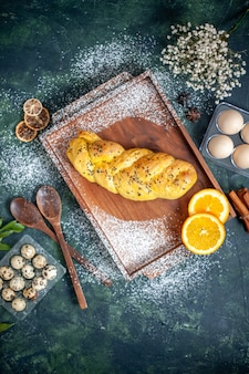 Draufsicht köstliches gebäck mit verschiedenen eiern auf dunkelblauer oberfläche