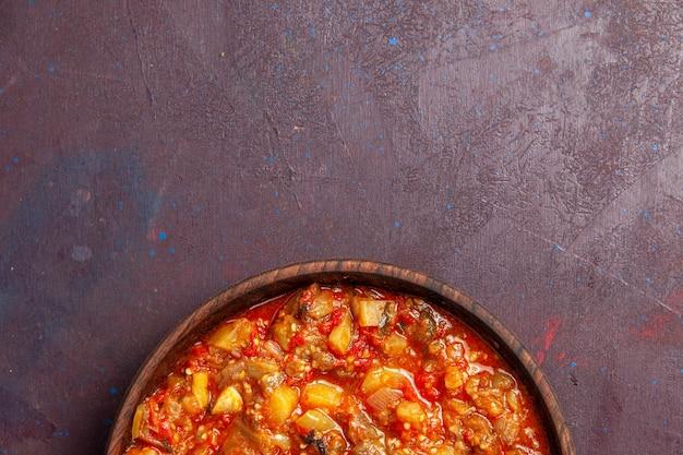 Draufsicht köstliches gekochtes gemüse, das mit soße auf dunklem schreibtischnahrungsmittelsauce suppenmahlzeitgemüse geschnitten wird