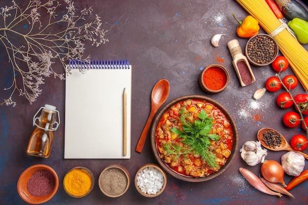 Draufsicht köstliches gekochtes gemüse geschnitten mit verschiedenen gewürzen auf dem dunklen hintergrund suppenfutter sauce mahlzeit gemüse