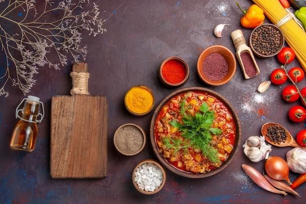 Draufsicht köstliches gekochtes gemüse geschnitten mit verschiedenen gewürzen auf der dunklen hintergrundsuppenmahlzeit-nahrungsmittelsauce