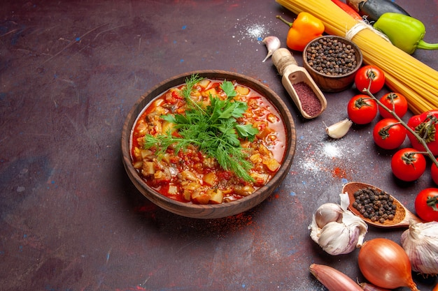 Draufsicht köstliches gekochtes gemüse geschnittenes mit gemüse und gewürzen auf dunkler schreibtischsauce suppenmahlzeitnahrung