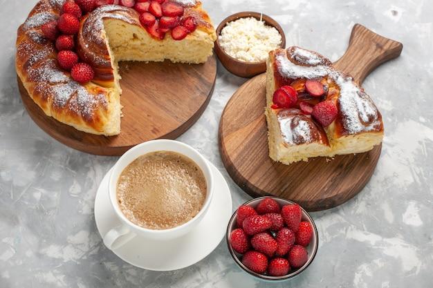 Draufsicht köstliches kuchenstück mit frischen roten erdbeeren und kaffee auf hellweißem oberflächenkuchenkuchen-keks süßer teezuckerplätzchen