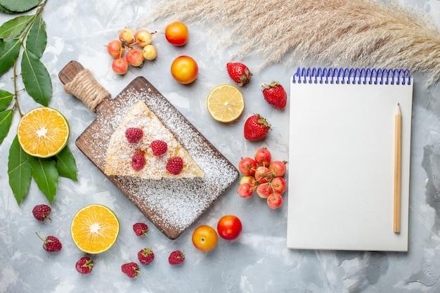 Draufsicht köstliches leckeres kuchenstück mit früchten und notizblock auf leichtem schreibtischzuckerkuchen mit süßem kuchen