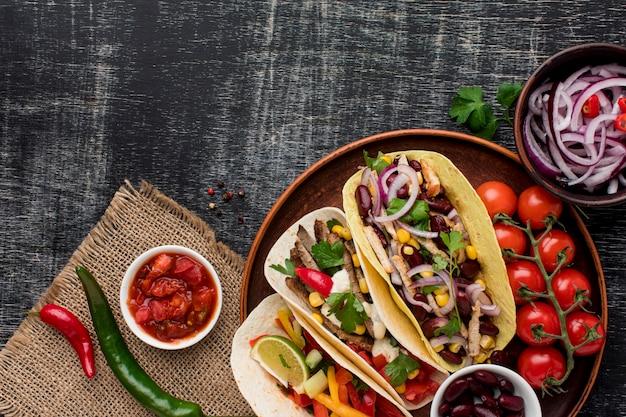 Draufsicht köstliches mexikanisches essen mit fleisch