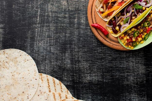Draufsicht köstliches mexikanisches essen mit kopienraum