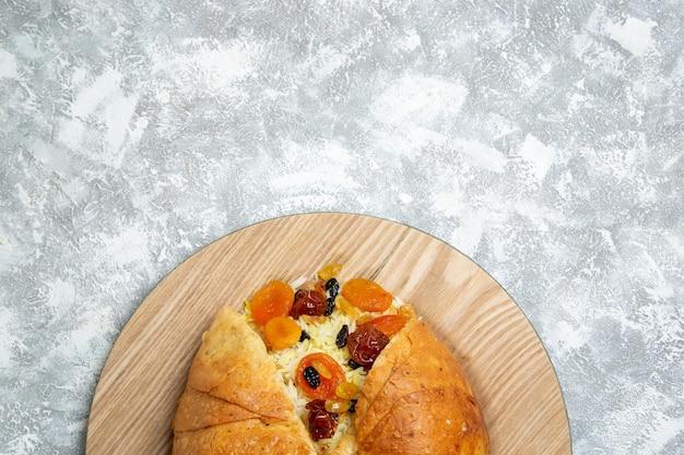 Draufsicht köstliches shakh plov gekochtes reisgericht mit rosinen auf hellem weißraum