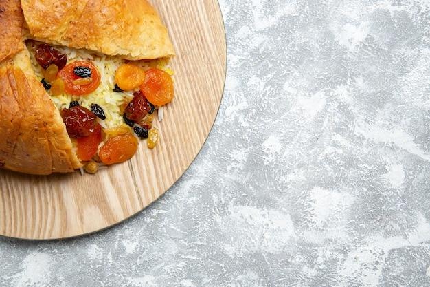 Draufsicht köstliches shakh plov gekochtes reisgericht mit rosinen auf weißem raum