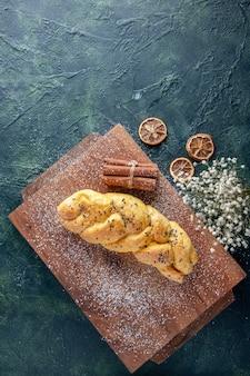 Draufsicht köstliches süßes gebäck auf der dunklen oberfläche kuchen backen kuchen hotcake ofen dessert keksteig