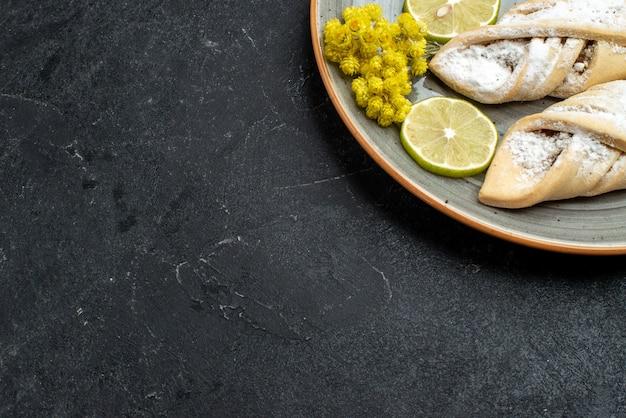 Draufsicht köstliches teiggebäck süß und zucker pulverisiert auf dunkelgrauer wand süßer kuchenteiggebäck backen zuckerkuchen