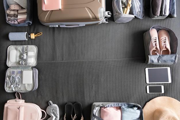 Draufsicht koffer gepäckverpackungsorganisation verwenden konmari-methode rahmen leeren raumfahrt urlaub