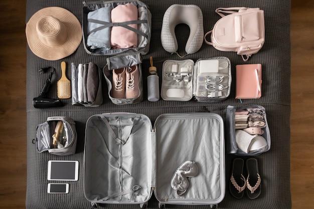 Draufsicht komposition mit ordentlich verpackenden sachen kleidung und accessoires für die reise-konmari-methode